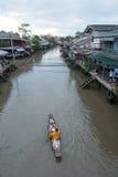 一条小船的一名修士在Ampawa浮动市场, Samutsongkhram上,泰国 免版税库存图片