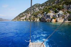 一条小船的下降的梯子在海岸的 免版税库存照片