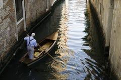 一条小船的人在威尼斯 免版税库存照片