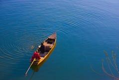 一条小船的人在越南 免版税库存照片