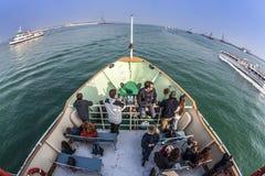 一条小船的人们从在通往威尼斯的道路 库存照片