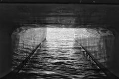 一条小船的低落在船坞的 库存图片