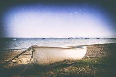 一条小船的减速火箭的图象在木瓦海滩的 库存照片