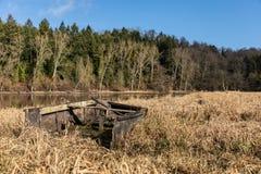 一条小船的击毁在湖的岸的 库存照片