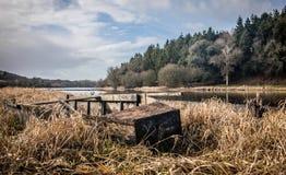 一条小船的击毁在湖的岸的 免版税库存照片