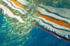 一条小船的反射在日落的作为液体抽象 免版税库存照片