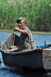 一条小船的在多瑙河三角洲,罗马尼亚渔夫 免版税图库摄影