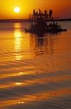 一条小船的在日落,博茨瓦纳游人 免版税库存照片