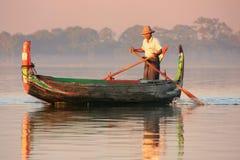 一条小船的地方人在日落, Amarapura,缅甸 库存照片
