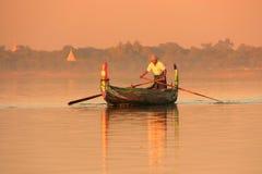 一条小船的地方人在日落, Amarapura,缅甸 免版税库存图片