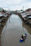 一条小船的客商在Ampawa浮动市场, Samutsongkhram, Th上 库存图片