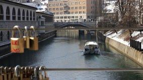 一条小船的宽射击在通过锁线被做的Ljubljanica河的  影视素材