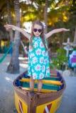 一条小船的小美丽的女孩在海滩在 图库摄影