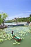 一条小船的工作者在昆明湖,颐和园,北京,中国 免版税库存图片