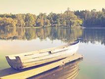 一条小船的平静的场面在湖附近的 免版税库存照片