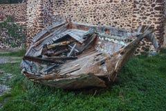 一条小船的废墟在Oia镇,圣托里尼海岛,希腊 免版税库存图片