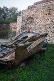 一条小船的废墟在Oia镇,圣托里尼海岛,希腊 库存图片