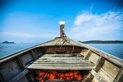 一条小船的弓到海里 库存图片