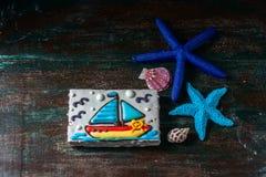 以一条小船的形式自创自创姜饼曲奇饼在黑暗的黑暗的木背景 免版税库存照片