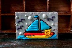 以一条小船的形式自创自创姜饼曲奇饼在黑暗的黑暗的木背景 免版税图库摄影