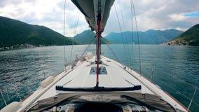 一条小船的快动作横跨山waterscape的 股票视频
