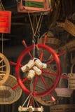 一条小船的方向盘在义卖市场的 库存图片