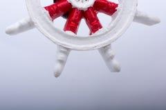 一条小船的方向盘在白色的 库存照片