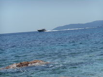 一条小船的普通片刻在海, Crvena Glavica,黑山 库存照片