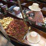 一条小船的果子卖主在浮动市场泰国上 免版税库存图片