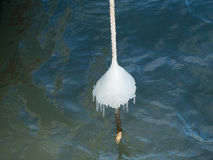 从一条小船的某一绳索有冰的 免版税库存照片