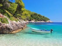 从一条小船的海滩的看法在海的 库存照片