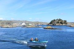 一条小船的渔夫在哥特人,瑞典,斯堪的那维亚群岛  库存照片