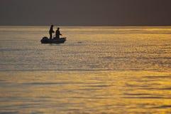 一条小船的渔夫在海 免版税库存照片