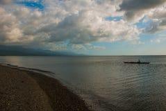 一条小船的渔夫海上 与云彩的风景天空 Pandan,班乃岛,菲律宾 免版税图库摄影