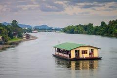一条小船的游人在河Kwai 免版税库存图片