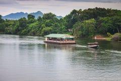 一条小船的游人在河Kwai 库存照片