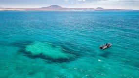 一条小船的潜水者对下潜站点 免版税库存图片