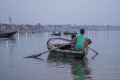 一条小船的男孩在瓦腊纳西 免版税库存照片