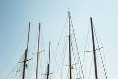 一条小船的白色帆柱细节有蓝天的在背景 库存照片