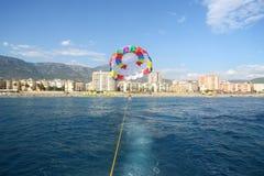 从一条小船的看法到有妇女的被栓的降伞 免版税库存图片
