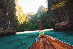 从一条小船的看法在一个热带海岛上 图库摄影