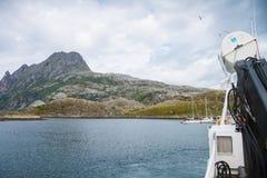 从一条小船的看法在北挪威 免版税库存图片