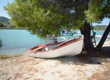 一条小船的看法在小游艇船坞海湾的在Halkidiki,希腊 库存图片