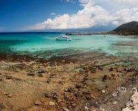 一条小船的看法在海滩,塞浦路斯附近的海 图库摄影