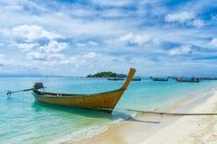 一条小船的看法在热带海滩的在lipe泰国海岛 免版税库存照片