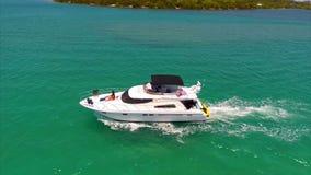 一条小船的空中录影在迈阿密 股票视频