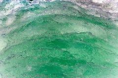 一条小船的绿色水苏醒在海的 库存照片