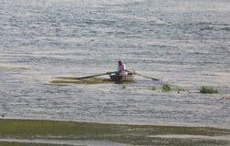 一条小船的老人 库存照片