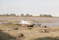 一条小船的老废墟在海滩的在海岸线期间日落在Maldo 库存照片