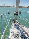 一条小船的船首在朝向对国际桥梁的瓜迪亚纳河的 免版税库存照片